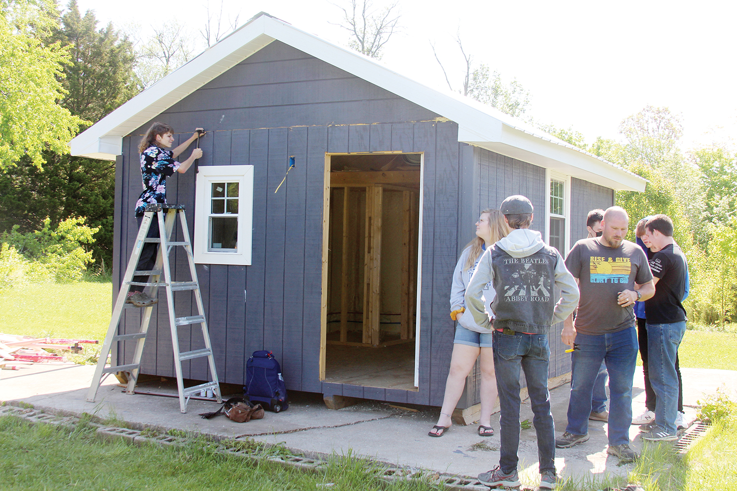 Home-school students build tiny home for veterans group